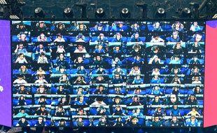 Les 100 joueurs d'une partie du jeu vidéo Fortnite pour les finales de la Coupe du monde Fortnite  au stade Arthur Ashe à Flushing, New York, aux Etats-Unis, le 27 juillet 2019
