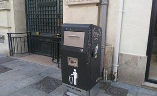 Un poubelle solaire et connectée, installée rue Saint-Férréol à Marseile