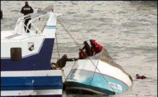 Les recherches pour retrouver le quatrième marin victime du naufrage du chalutier Manureva, qui s'était retourné en Manche dans la nuit de lundi à mardi au large de Saint-Cast-Le-Guildo (Côtes d'Armor), ont repris mercredi matin, a indiqué la préfecture maritime de l'Atlantique.  .