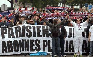 """Le collectif """"Liberté pour les abonnés"""" lors d'une manifestation, le 15 mai 2010, à Paris."""