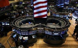 Wall Street profitait jeudi à l'ouverture de données positives sur l'emploi et l'immobilier aux Etats-Unis, qui occultaient en partie les résultats mitigés de Bank of America et Citigroup: le Dow Jones gagnait 0,28% et le Nasdaq 0,33%.