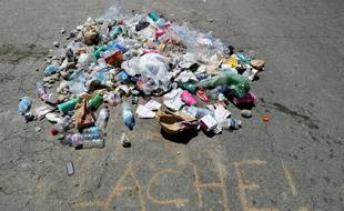 Des déchets rassemblés sur la promenade des Anglais à Nice (archives)