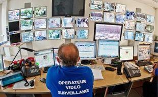 Neuf opérateurs se relaient 24h/24 au centre de vidéosurveillance de Saint-Cyprien.