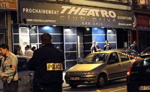 Une information judiciaire pour assassinat a été ouverte à la suite de coups de feu tirés sur une discothèque de Lille, qui ont fait deux morts et six blessés dimanche, alors que le tireur présumé, qui avait été refoulé de l'établissement, et son complice étaient toujours en fuite.