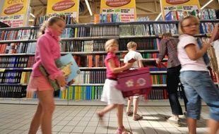 Des familles font leurs achats pour la rentrée scolaire, le 05 août 2008 dans une grande surface à Rots. Un décret d'application concernant la modulation de l'Allocation de rentrée scolaire (ARS) en fonction de l'âge de l'enfant est paru le 02 août denrier au Journal officiel. L'ARS sera de 272,59 euros pour les 5-10 ans à la rentrée 2008, soit pratiquement le même montant que précédemment. Son montant est porté à 287,59 euros pour les 11-14 ans et 297,59 euros pour les 15-18 ans, soit respectivement 15 et 25 euros supplémentaires par rapport à la rentrée 2007. MYCHELE DANIAU AFP PHOTO