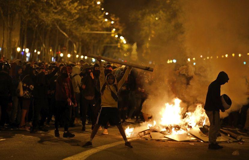 VIDEO. Espagne: Troisième nuit de violences en Catalogne