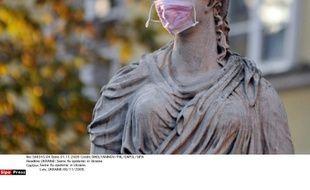 Une statue affublée d'un masque en Ukraine lors de l'épidémie de grippe porcine de 2009.