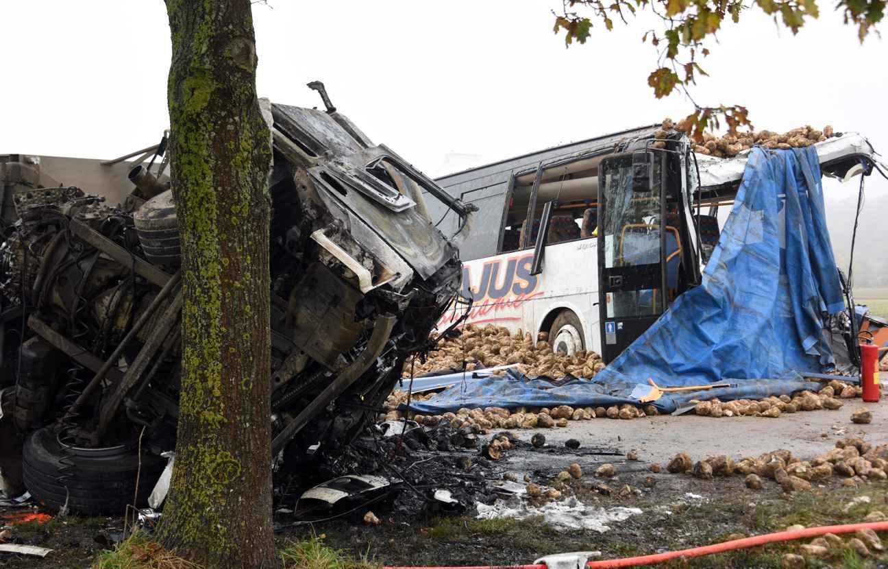 accident de car scolaire pr s d 39 arras le chauffeur du camion se serait endormi. Black Bedroom Furniture Sets. Home Design Ideas