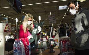 Selon une étude américaine, le nouveau coronavirus pourrait survivre jusqu'à trois jours sur des surfaces en plastique, comme des bouteilles d'eau.