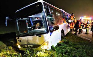 Le bus scolaire a terminé dans un fossé.