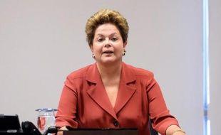 La présidente Dilma Rousseff a reculé partiellement mardi sur ses projets politiques face à une levée de boucliers parlementaire, alors que les syndicats se sont joints au vent de fronde en annonçant une grève pour le 11 juillet.