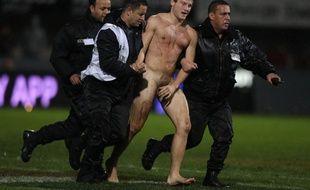 L'un des deux streakers qui ont couru sur la pelouse d'Ernest-Wallon lors du match de rugby Stade Toulousain-Grenoble, le 29 novembre 2014. - AFP