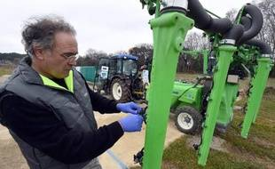 Un membre de l'Institut de recherche en sciences et technologie pour l'environnement et l'agriculture contrôle un pulvérisateur de produits phytosanitaires pour les vignes, le 17 février 2015 à Montpellier
