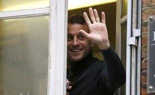 Emmanuel Macron salue les passants (et les photographes), le 1er novembre 2018.