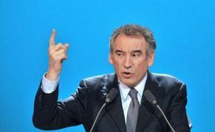 """François Bayrou a de nouveau critiqué lundi l'intervention télévisée dimanche de Nicolas Sarkozy, raillant les """"trois"""" impôts nouveaux du chef de l'Etat, tout en se disant """"très déçu"""" par le programme de François Hollande."""