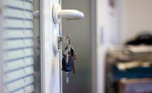 Illustration d'un trousseau de clés sur une porte.