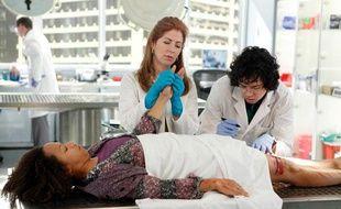 """Dana Delany (au centre) dans le rôle de la médecin Légiste Megan Hunt de la série """"Body of Proof"""" d'ABC"""