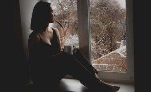 Illustration d'une jeune femme regardant à la fenêtre.