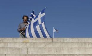 Un vendeur de drapeaux grecs sur la place Syntagma à Athènes, le 5 juillet 2015.