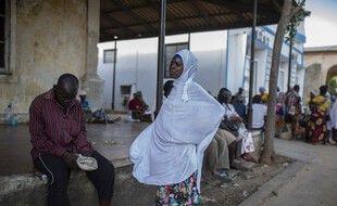 Des mozambicains attendent leurs proches évacués de Palma à Pemba, le 31 mars 2021.