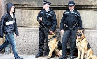 Des policiers anglais et leurs chiens, le 17 avril 2008 à Londres.