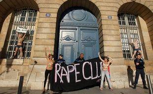 Les activistes du collectif Femen manifestent devant le ministère de la Justice, le 15 octobre 2012.