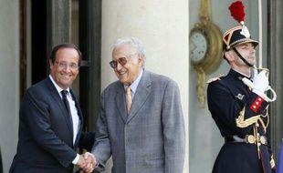 """François Hollande a estimé lundi qu'il """"ne peut y avoir de solution politique sans le départ de Bachar al-Assad"""" du pouvoir à Damas, lors d'un entretien avec le médiateur international pour la Syrie, Lakhdar Brahimi."""