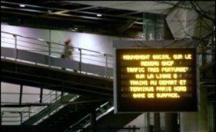 """Le ministre des Transports, Dominique Perben, réunit mardi l'ensemble des acteurs du transport public pour la signature d'une """"charte sur le service minimum garanti"""" en période de grève, a-t-on appris lundi auprès du ministère."""