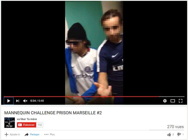 Deux détenus avec des maillots du PSG lors du Mannequin Challenge.