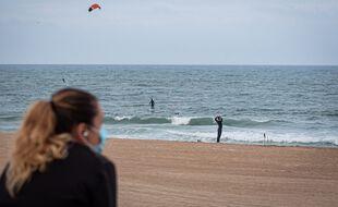 Des surfeurs en Espagne (illustration).