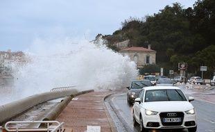 Les vagues sur la Corniche à Marseille. (Illustration)