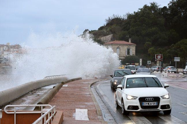 Les vagues sur la Corniche à Marseille.