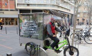Pierre livre des sapins bio en vélo électrique dans l'hypercentre de Toulouse.