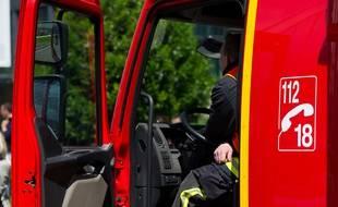 Courbevoie le 14 mai 2012. Boulevard de la Mission Marchand. Illustration sapeurs pompiers de la brigade de Paris dans son camion. Conducteur.