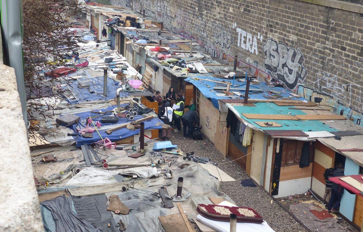 300 Roms et Roumains ont installé un camp de fortune depuis juin dernier sur la petite ceinture le long du boulevard Neu (18e). – F. Pouliquen / 20 Minutes