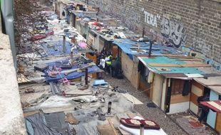 300 Roms et Roumains ont installé un camp de fortune depuis juin dernier sur la petite ceinture le long du boulevard Neu (18e).
