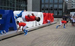 Lille, le 15 juin 2015 - La metropole lilloise lance le compte a rebours, un an avant l'Euro 2016 de football, avec le concours d'acrobates.