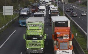 Des routiers bloquent la circulation près de Villepinte lors d'une opération escargot contre le projet de l'écotaxe, le 30 novembre 2013.