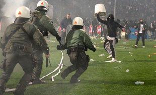Des supporters du PAOK Salonique se battent avec la police le 2 mars 2016.