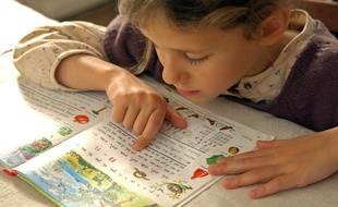 Une petite fille apprend à lire