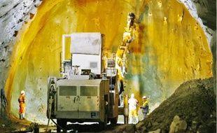Dans le tunnel, une foreuse automatique effectue les trous qui recevront les explosifs sous forme de gel.