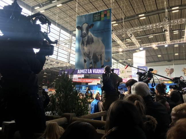 Des journalistes autour de Marine Le Pen et Jordan Bardella, au salon de l'Agriculture, le 28 février 2019.