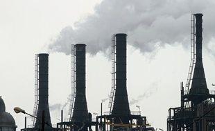 Des cheminées d'usines crachent de la fumée dans les zones industrielles du port de Dunkerque
