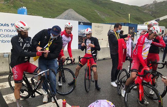 Dès le passage de la ligne d'arrivée, les coureurs (ici l'équipe Cofidis) ont hérité de vestes, écharpes et gants.