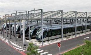 Aucun bus et aucun tram ne circulait dimanche à Bordeaux pour la deuxième journée consécutive en raison d'un mouvement de grève du personnel de Veolia Transport qui réclame une hausse des salaires, a-t-on appris auprès de la direction.