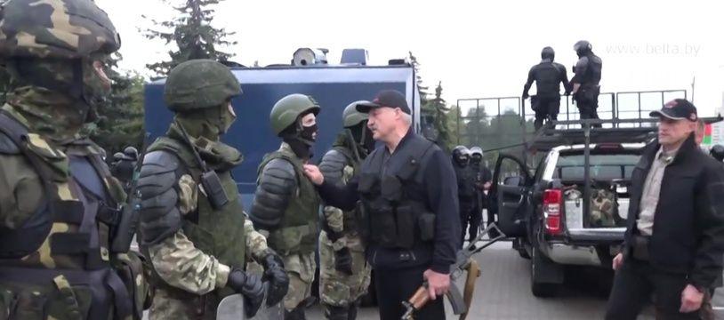 Le président biélorusse Alexandre Loukachenko avec un gilet pare-balle et une Kalachnikov, à Minsk le 23 août 2020.
