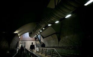 Un couloir à la station de métro Châtelet; à Paris.