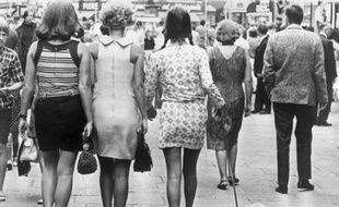 """Dans leur """"roman vrai"""" des années 60 et 70, """"Génération"""", Hervé Hamon et Patrick Rotman constatent qu'à partir de la fin de la guerre d'Algérie (1962), """"la France est en paix"""". Et s'interrogent : les jeunes, qui s'apprêtent à découvrir en vrac Jean-Luc Godard, les Beatles ou la mini-jupe, vont-ils supporter longtemps le modèle social, paternaliste, autoritaire et conservateur, qu'on leur impose?"""
