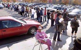 Dans tout le pays, de longues files d'attente étaient signalées devant les bureaux de vote.