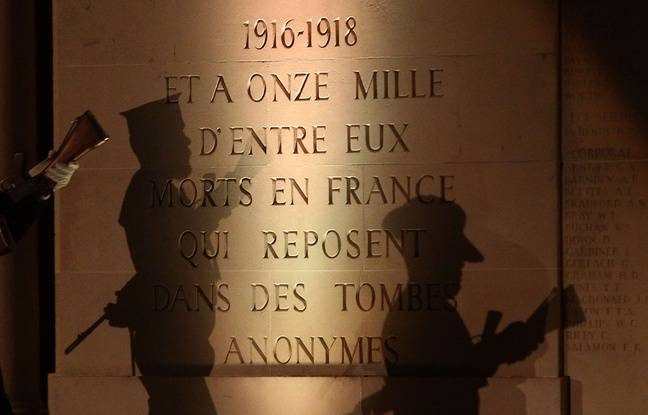 L'ombre d'un soldat devant le mur du mémorial australien de la Première Guerre mondiale à Villers-Bretonneux, dans la Somme